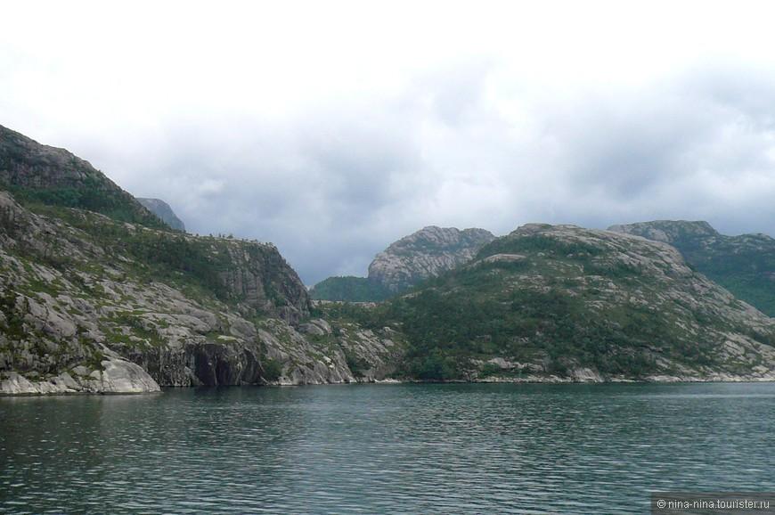 Слева, справа - скалы, покрытые мхом, кое-где кустарником