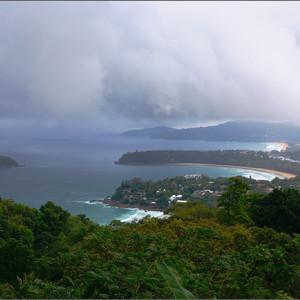 Вид на бухты Пхукета со смотровой площадки Ката-вью-пойнт. Отсюда открывается великолепный вид на пляжи Ката Ной, Ката Яй, Карон и необитаемый островок Пу.