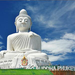 Внушительная фигура Большого Будды - метров сорок в высоту.