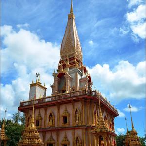 Наиболее высоким сооружением монастыря является Чеди Пхра Махатхат. Ступа  построена сравнительно недавно, в 1999-2001 году специально для хранения праха Будды.