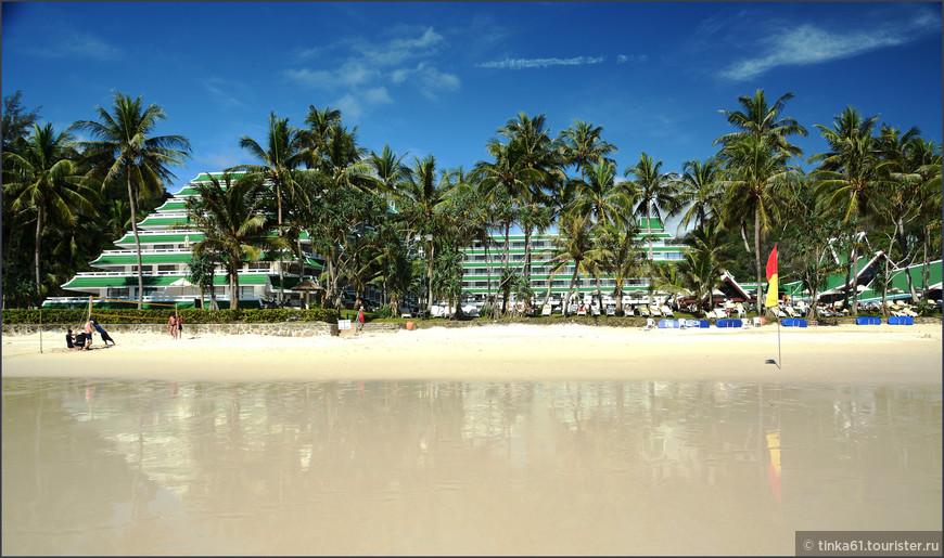 Вид на отель со стороны пляжа.
