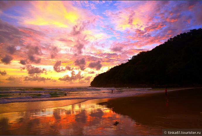 Разноцветные облака отражаются в мокром песке, создавая сюрреалистические картины.