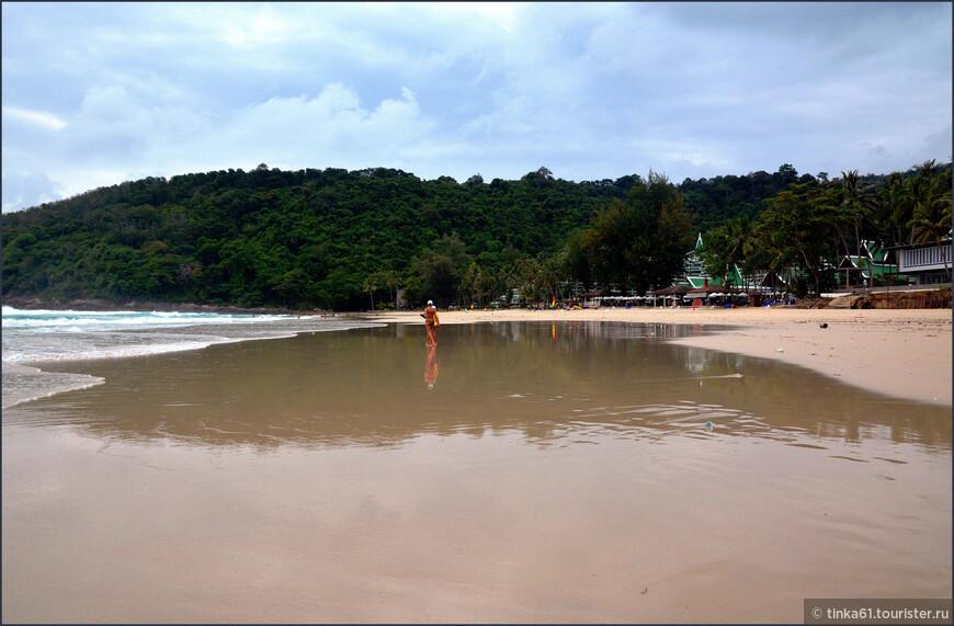 Просторный пляж отеля располагает к  комфортному отдыху. Порадовало, что народу  совсем немного.