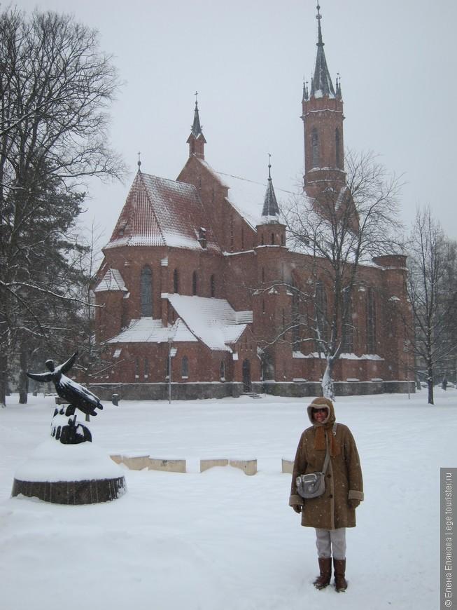 Костел Пресвятой Девы Марии Шкаплерной.  На переднем плане - скульптура - Витурис, скульптор Д. Матулайте.