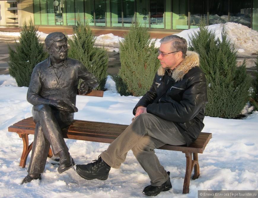 БЕСЕДА. Прижизненный памятник литовскому и советскому актеру и режиссеру  Донатасу Банионису расположен около отеля Литва.