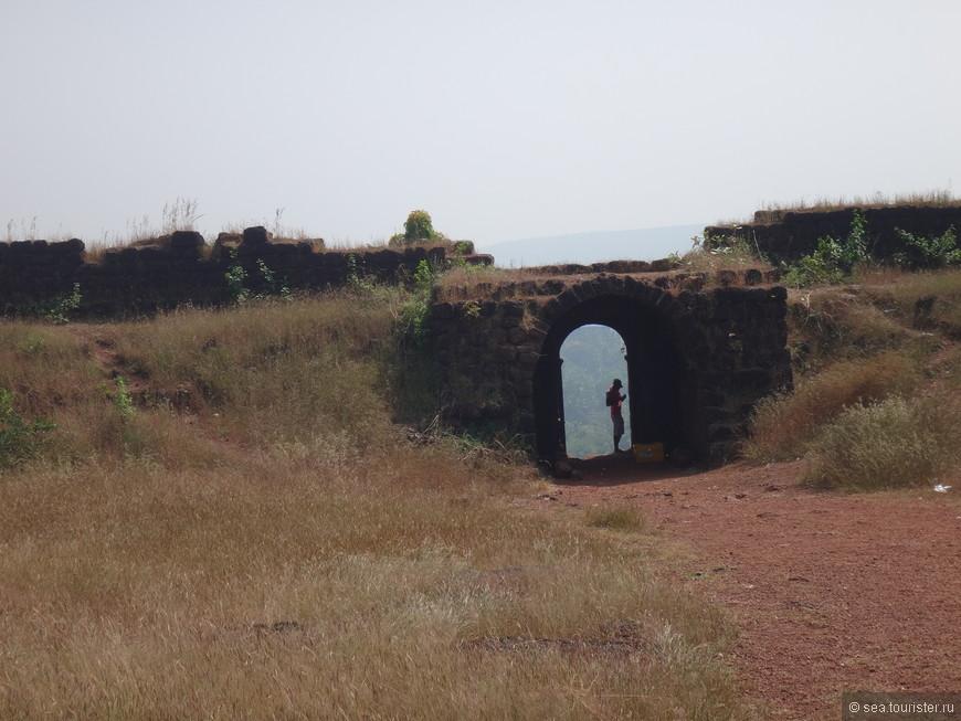Крепостные стены и ворота - это единственное, что сохранилось от форта.