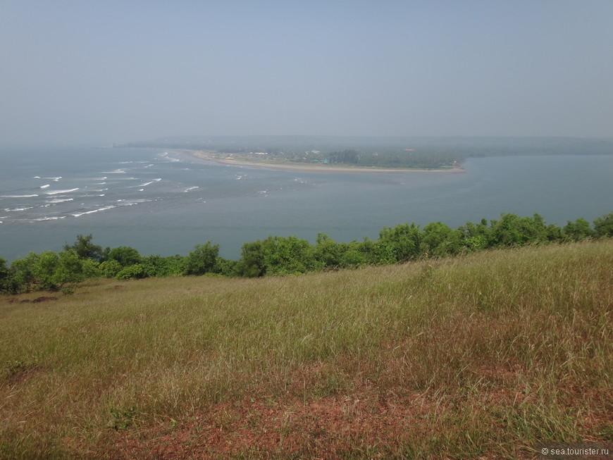 Там, где река (справа) впадает в море.