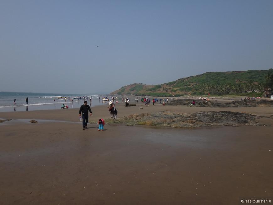 Пляж Вагатор, индуисткая часть, они любят гулять по пляжу толпами или просто стоять на пляже, или заходить и стоять по колено в воде, немного пройти отсюда и будут шейки (кафе) с лежаками и шезлонгами, то есть часть Вагатора для туристов.