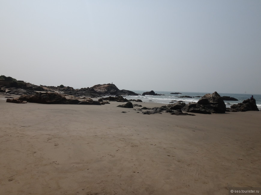 Пляж Вагатор более темный, местами скалистый, и здесь нет волн, а заход в море тоже пологий и песчаный.