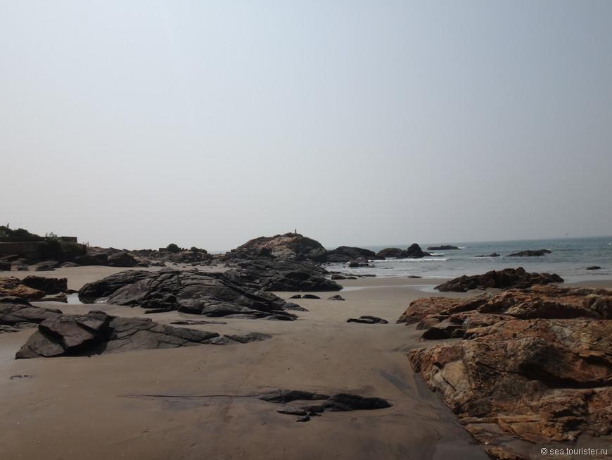 Пляж даже более похож на вулканический, и  очень отличается от остальных пляжей Гоа