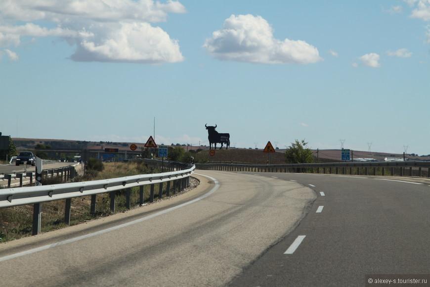 Символ андалузского быка - одна из визитных карточек Андалусии. В этом сообществе они встречаются достаточно часто, как правило на горах - хорошо видны на фоне неба. Правда, здесь до Андалусии оставалось еще километров 250.