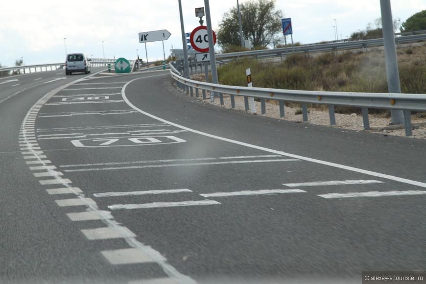 Эта объемная поперечная разметка на асфальте вызывает резкий звук при наезде на нее, привлекая внимание водителя.  Применяется перед съездами с дороги, перекрестками. Аналогично и продольная разметка вдоль обочины - если на ходу водитель заснет и начнет съезжать на обочину, резкий гул способен сразу встряхнуть водителя и предотвратить аварию.
