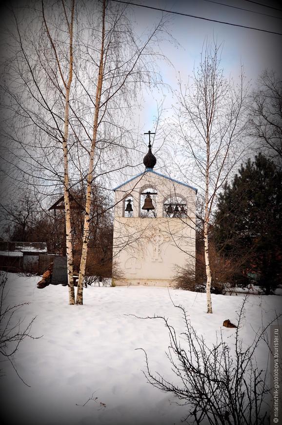 """К северо-западу от церкви находится звонница в стиле модерн, построенная в 1990-х годах. После реставрации храм переосвятили в честь Сергия Радонежского, но """"по старой памяти"""" он продолжает называться Успенским."""