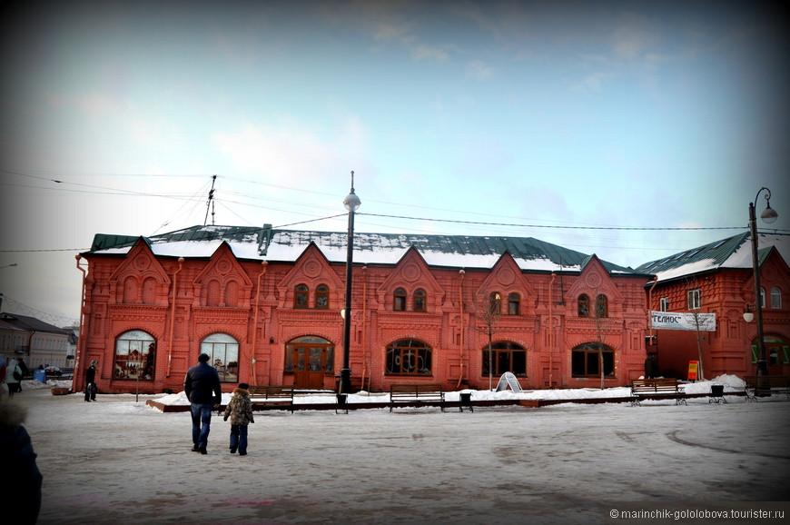 Расположенные в городе Клин Торговые ряды являются одной из наиболее старинных достопримечательностей. Торговые ряды – это гордость Клина, которая возникла в конце девятнадцатого века. Строительство их длилось в течение трех лет с 1886 по 1888 год на средства клинского и московского купечества.