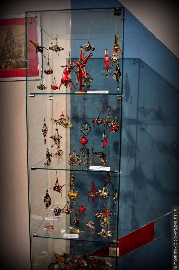 Ну а теперь посмотрим экспозицию музея елочных игрушек. Я думаю каждый найдет игрушку которая висела на его детской елке)))