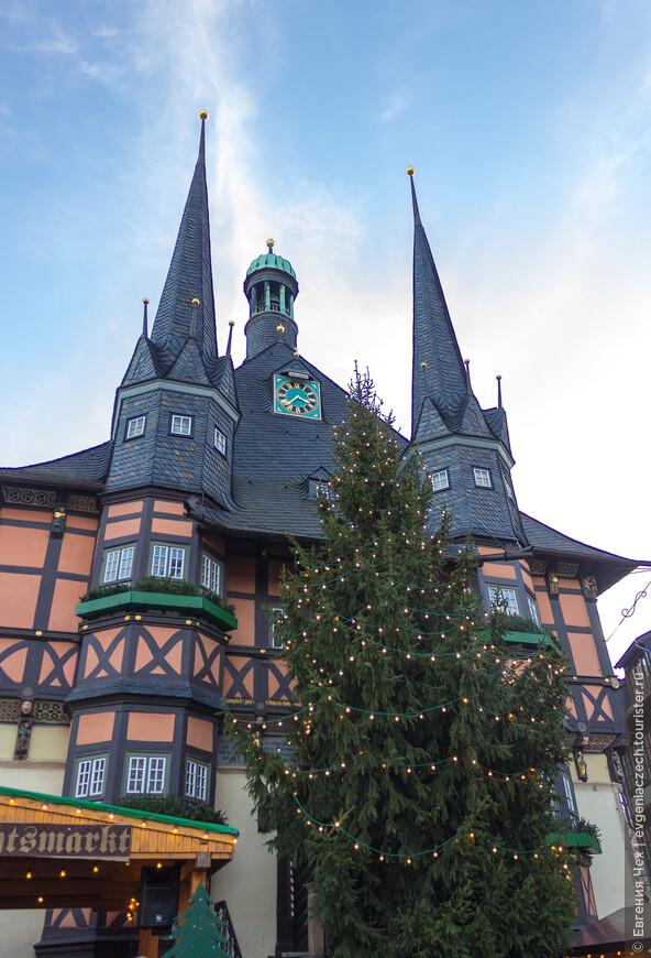 Городская ратуша в праздничном убранстве