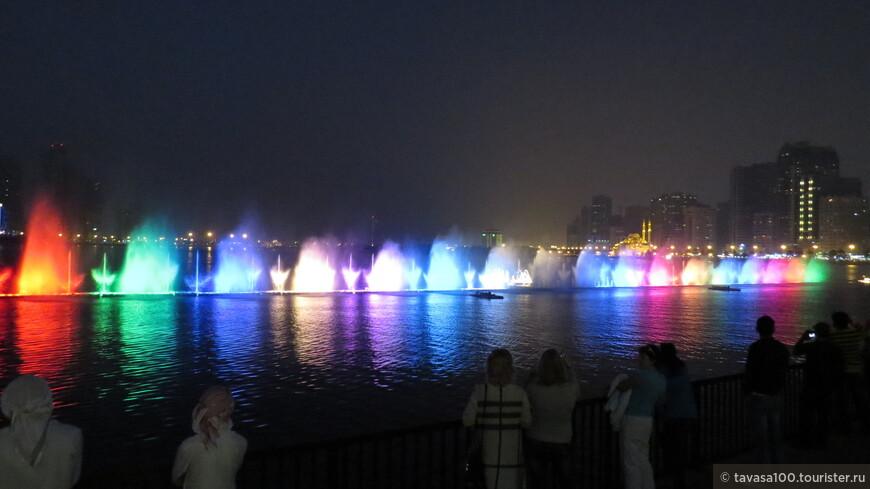 Поющие фонтаны- особая изюминка Шарджи. Каждый вечер в 21-30 в лагуне Халид разыгрывается целое лазерное шоу с прекрасной музыкой и рассказом (конечно на англ. языке) об ОАЭ.