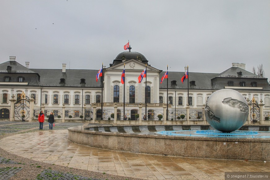 Президентский дворец. Фонтан перед дворцом украшен скульптурой земного шара, символизирующей мир во всем мире.