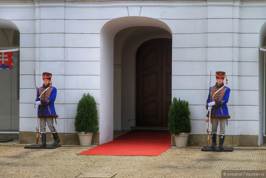 Гвардейцы перед дворцом. Время от времени проходит смена караула.