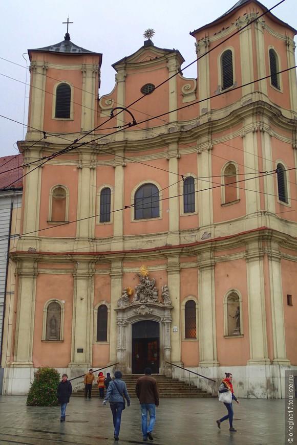 Костел Святой Троицы, только с другой стороны.