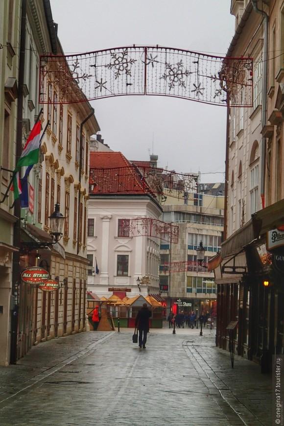 Улицы Старого города украшали к Рождеству.