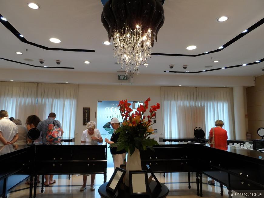 Торгово-выставочный зал Израильской национальной алмазной биржи. Все те изделия с алмазами, что представлены туристам, красоты необыкновенной, ну и цены соответственно....снимать нам конечно не разрешили...