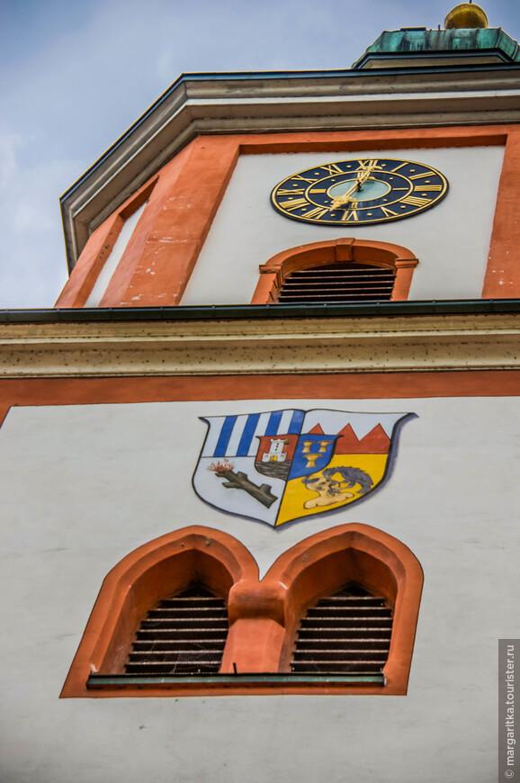Колокольня церкви располагается в башне  готического стиля. Звон церкви состоит из семи колоколов.