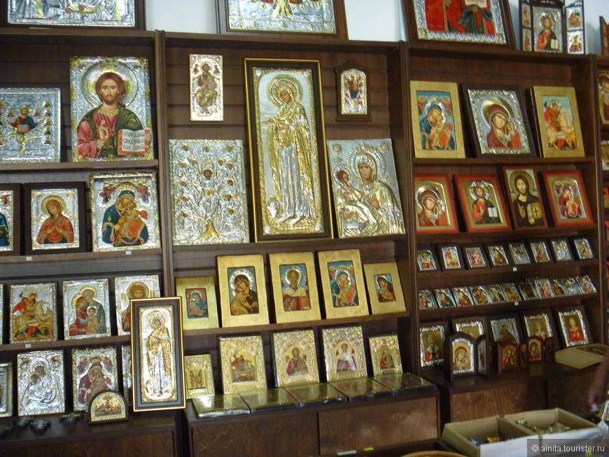 Большинство населения Кипра — этнические греки — исповедует православное христианство. В церковной лавке церкви св. Лазаря.