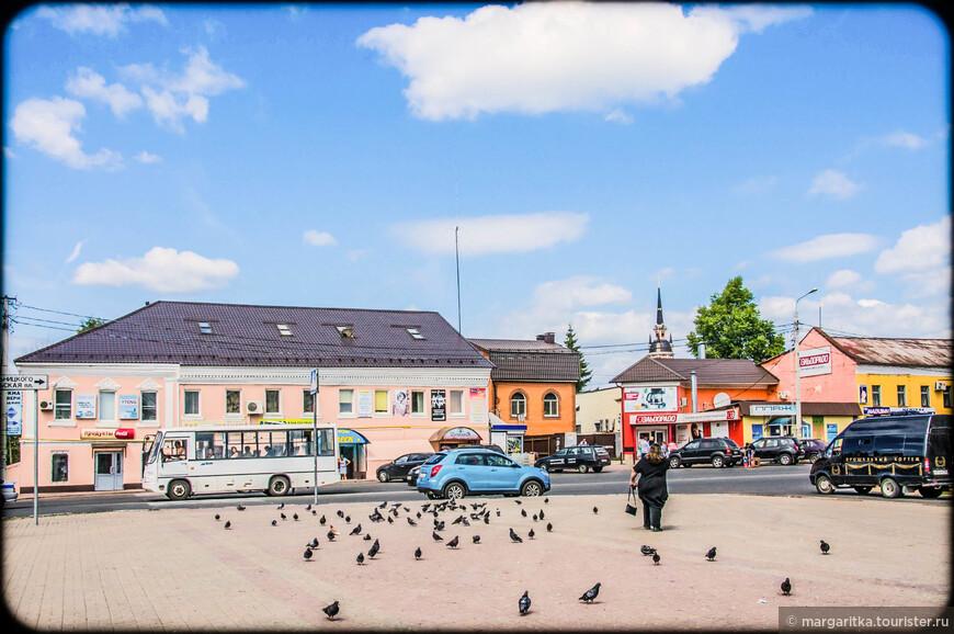 Главная площадь Можайска - Комсомольская с видом на Никольский собор. Собственно, именно это место и было в стародавние времена Можайским Кремлем, но оборонительные валы и стены оказались безнадежно утрачены