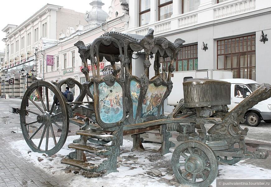 Карета Екатерины второй (копия из чугуна). Екатерина посетила Казань в 1767 г., после чего начался новый расцвет  города (разрешила строить мечети, развивать торговлю и культуру)