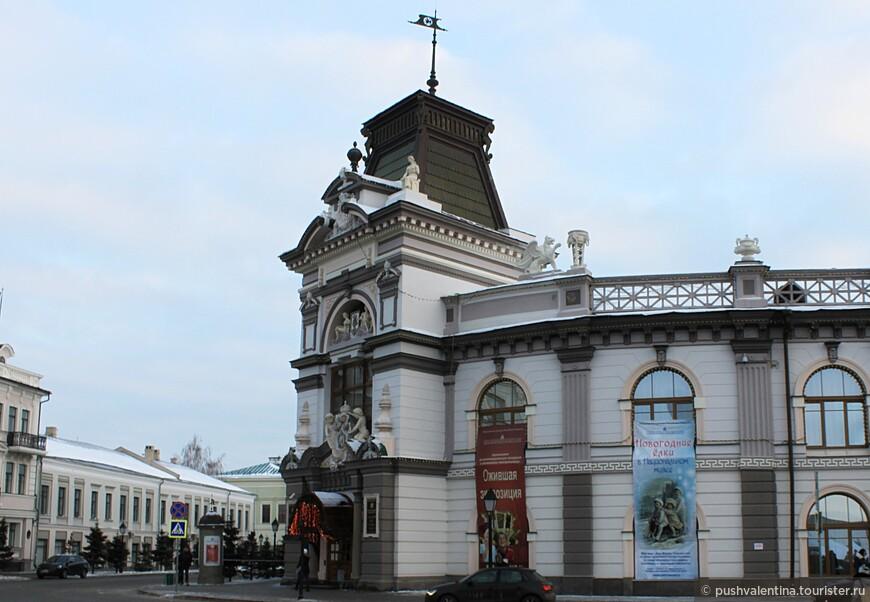Национальный музей был открыт в 1895 году. Музей занимает здание бывшего Гостиного двора, которое является памятником архитектуры и истории РФ и Республики Татарстан. Адрес: ул. Кремлевская, 2. Время работы: 10:00 — 18:00, пятница: 10:00 — 17:00, понедельник: выходной.
