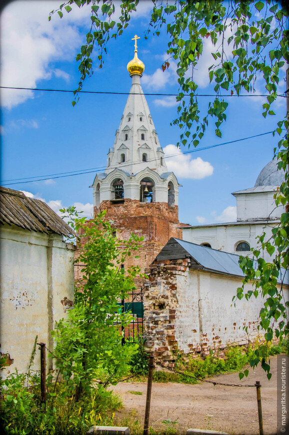 колокольня одновременно является усыпальницей рода Савеловых 1673-1692. Жертвователь патриарх Иоаким