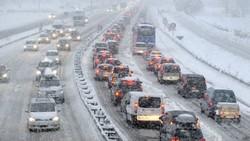 Во французских Альпах из-за снега застряли тысячи автомобилей