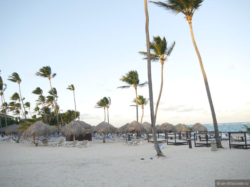 Пляж, утром ещё пусто.