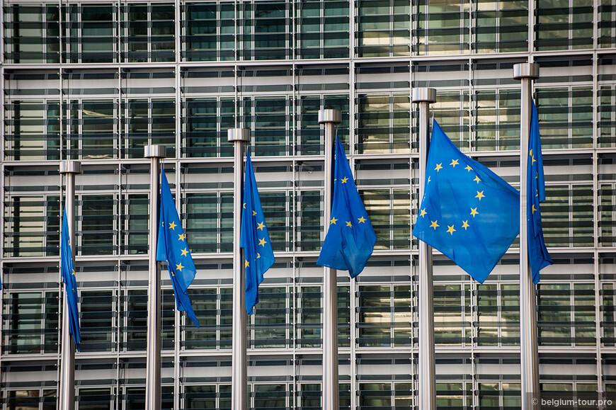 Флаг Европы имеет 12 звезд, символизирует целостность и единство