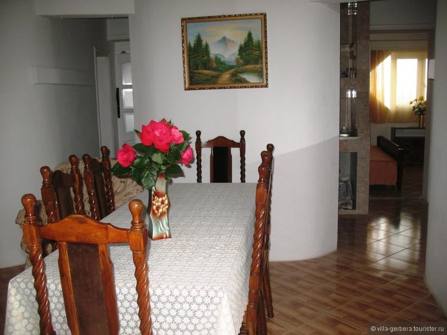 столовая, 2 арки в кухню и спальни.JPG