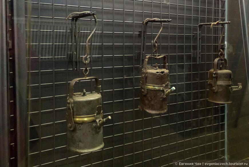 С акмми карбидными лампами горняки уходили в смену.