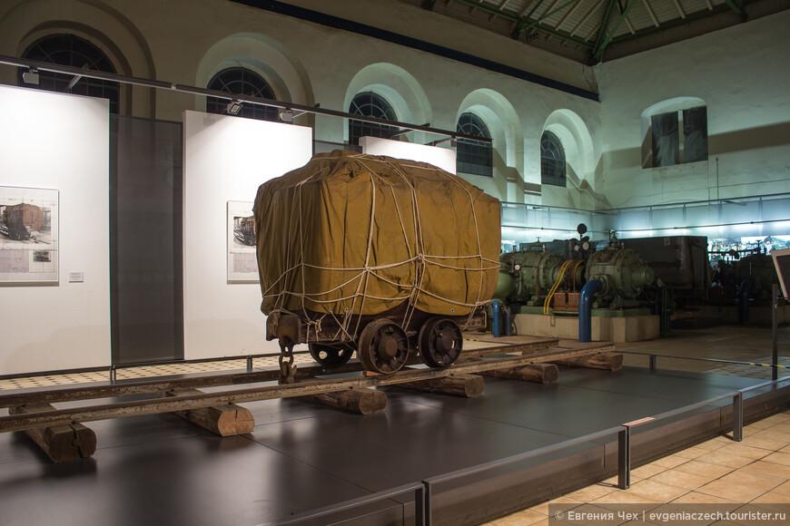Историческая вагонетка, теперь - объект современного искусства.