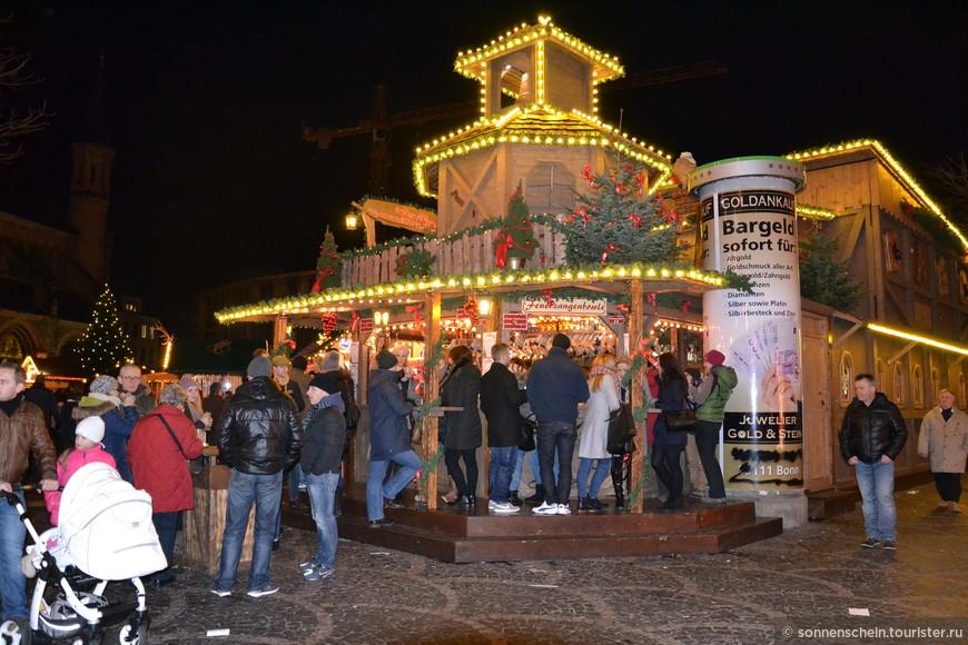 Рождественская ярмарка благоухает ароматами трав, пахнет жареными колбасками и глинтвейном.
