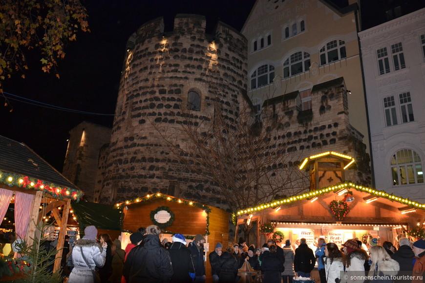 Развалины крепостной стены посреди города, это некогда великолепная башня Sterntor, которая была построена в 1244 году.