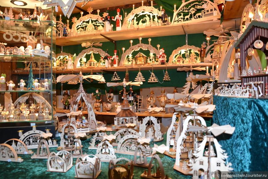 Тут же и всевозможные рождественские сувениры: фигурки животных и сказочных людей, вырезанные из дерева, рождественские пирамиды, вращающиеся от зажженных свечей.