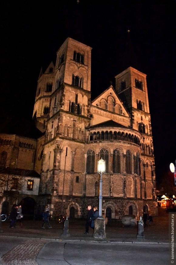 Важнейший храмовым памятником Бонна является средневековый городской собор монастырь-базилика святого Мартина. Он изображён на гербе города XIII века и с того же времени является символом Бонна. Несмотря на то, что с тех пор минуло много времени, менялись стили и направления в архитектуре, базилика до сих пор выглядит современной. Боннская базилика была заложена на месте захоронения мучеников Кассия и Флоретия — покровителей города. В базилике проходила вечерняя служба и фотографировать внутри посчитала неуместным.