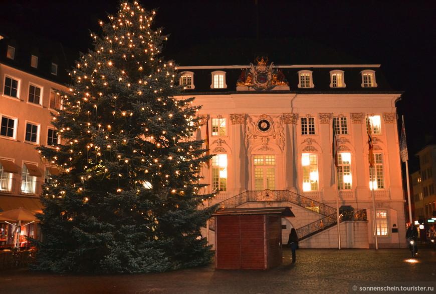 Старая ратуша Бонна превращается в огромный рождественский календарь. Белые пятна в окнах- это числа адвенского календаря.