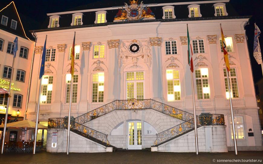 Старинная городская ратуша, выполненная в стиле барокко, построенна по приказу курфюрста Клеменса-Августа в XVIII веке, выделяется своим великолепным фасадом в нежно-розовыми и голубыми тонами. Начиная с 1949 года все президенты ФРГ при вступлении в должность выступали перед немецким народом с приветственной речью на лестнице ратуши. В разные годы 20 в. здесь побывали: Шарль де Голль, Дж. Ф. Кеннеди, М. Горбачев.