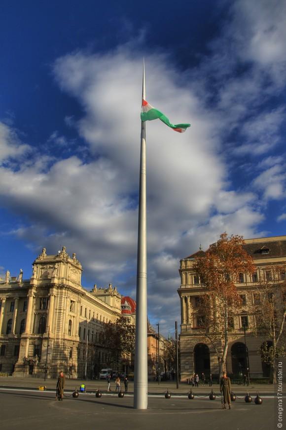 Почетный караул у флага Венгрии.