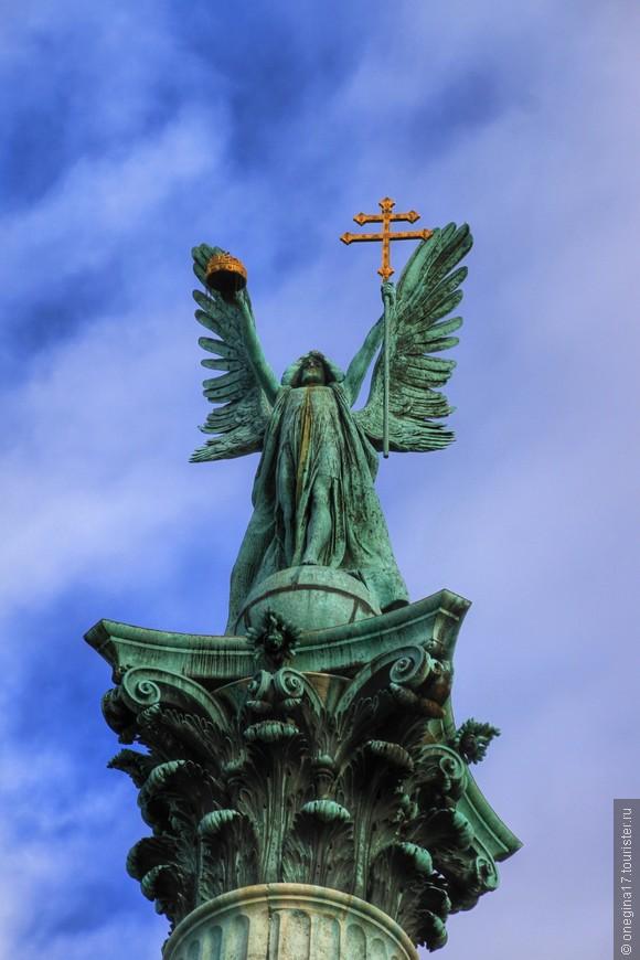 Архангел на вершине Центральной колонны.