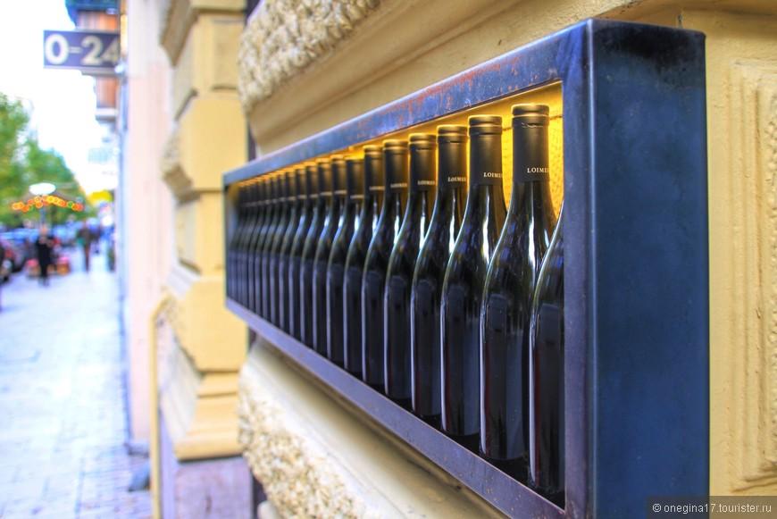 Декор стены одного из ресторанчиков.