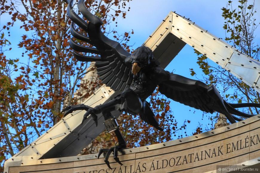 Мемориал в память о немецкой оккупации. Парящий орел - символ нацистской Германии.
