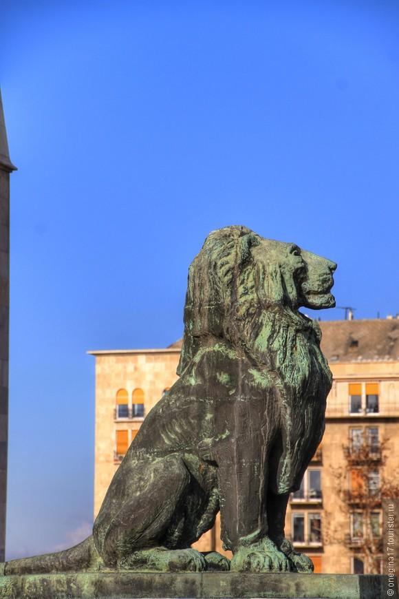 У львов Венгрии явно нижняя челюсть Габсбургов - такая же властная и выдающаяся вперед.