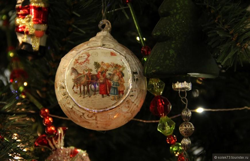 Старинные новогодние игрушки на особенной ёлке в ГУМЕ